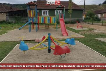 Tinerii din Moniom sprijiniți de primarul Ioan Popa în reabilitarea locului de joacă, primul lor proiect comunitar