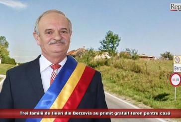 Trei familii de tineri din Berzovia au primit gratuit teren pentru casă