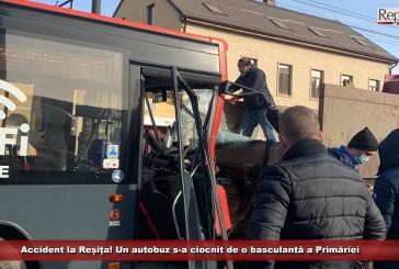 Accident la Reșița! Un autobuz s-a ciocnit de o basculantă a Primăriei