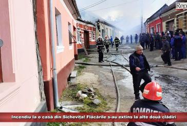 UPDATE Incendiu la o casă din Sichevița! Flăcările s-au extins la alte două clădiri